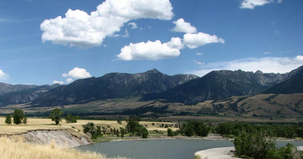 The Yellowstone River flowing thropugh Paradise Valley south of Livingston, MT